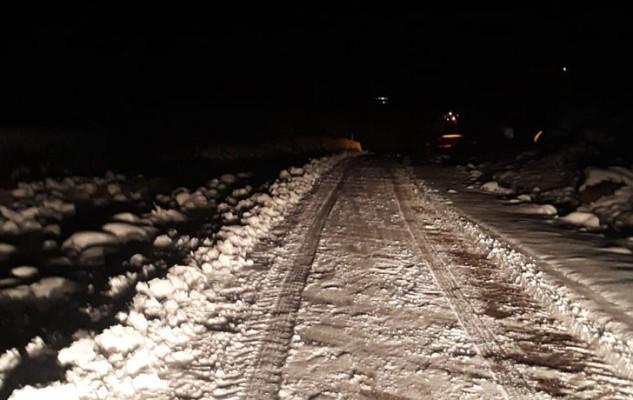 Siverek'te kar yağışı yolu kapattı!