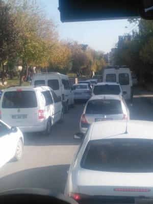 Urfa'da yanlış park edilen araç trafiği kitledi